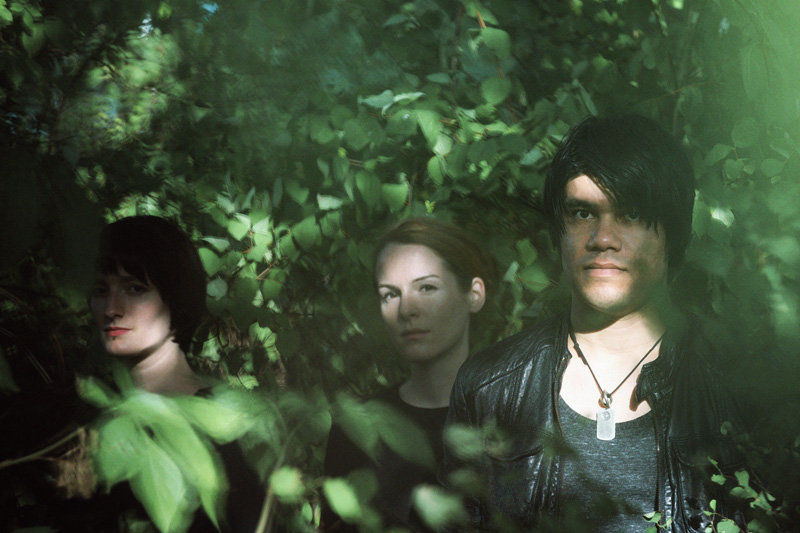 .eM (live vocals), Héloïse Lefebvre (live violinist), Nicolo Sommer (vocals, keyboards) (Photo: Rainer Fahrion)